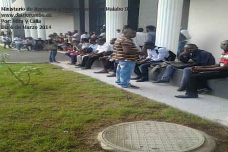UNGE: Los estudiantes esperando su turno para cobrar en Hacienda