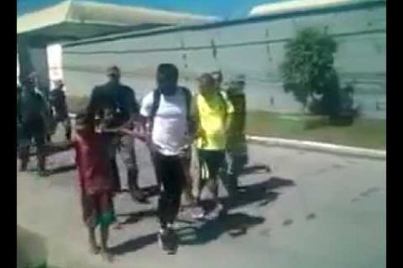 Sulley Muntari jugador de la selección ghanesa reparte dinero a los pobres en Brasil