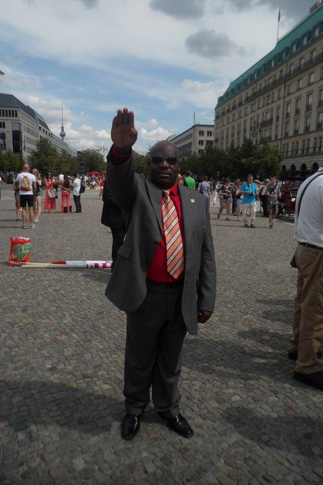 El saludo fascista es el saludo que utilizan en la actualidad los seguidores de los movimientos de carácter fascista
