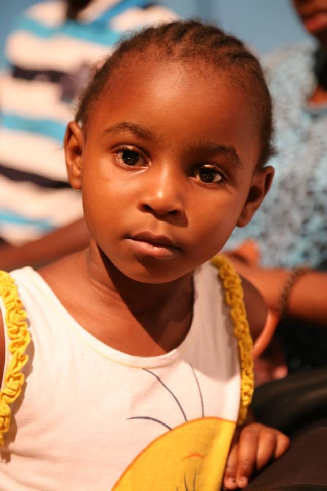 Una niña BUBI, escuchando un cuento Anobonés y en una lengua que no entiende; EL FADAMBO