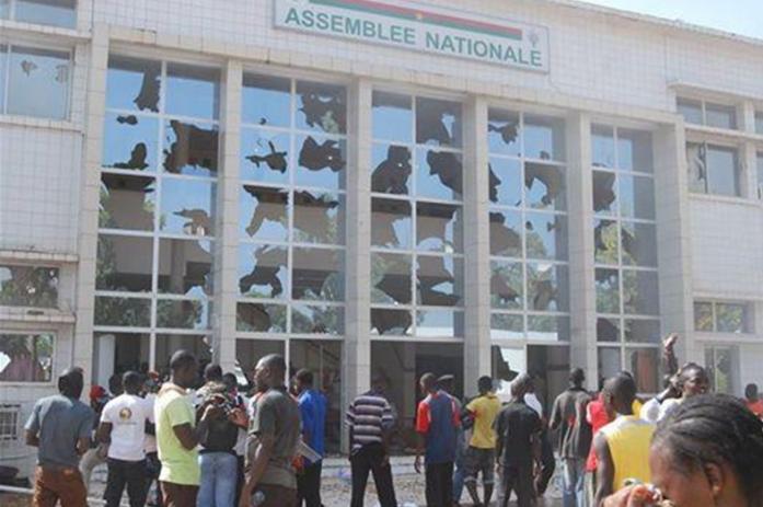 Burkina-les-manifestants-saccagent-lAssemblée
