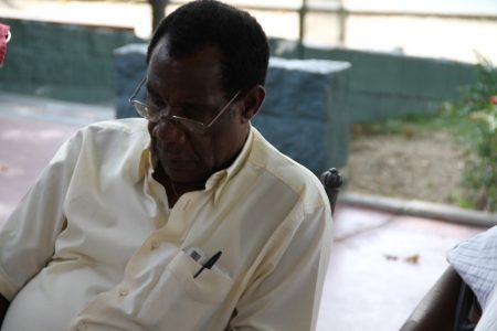 """Nguema Esono """"se puede adoptar una estrategia para trabajar al lado de un dictador """""""