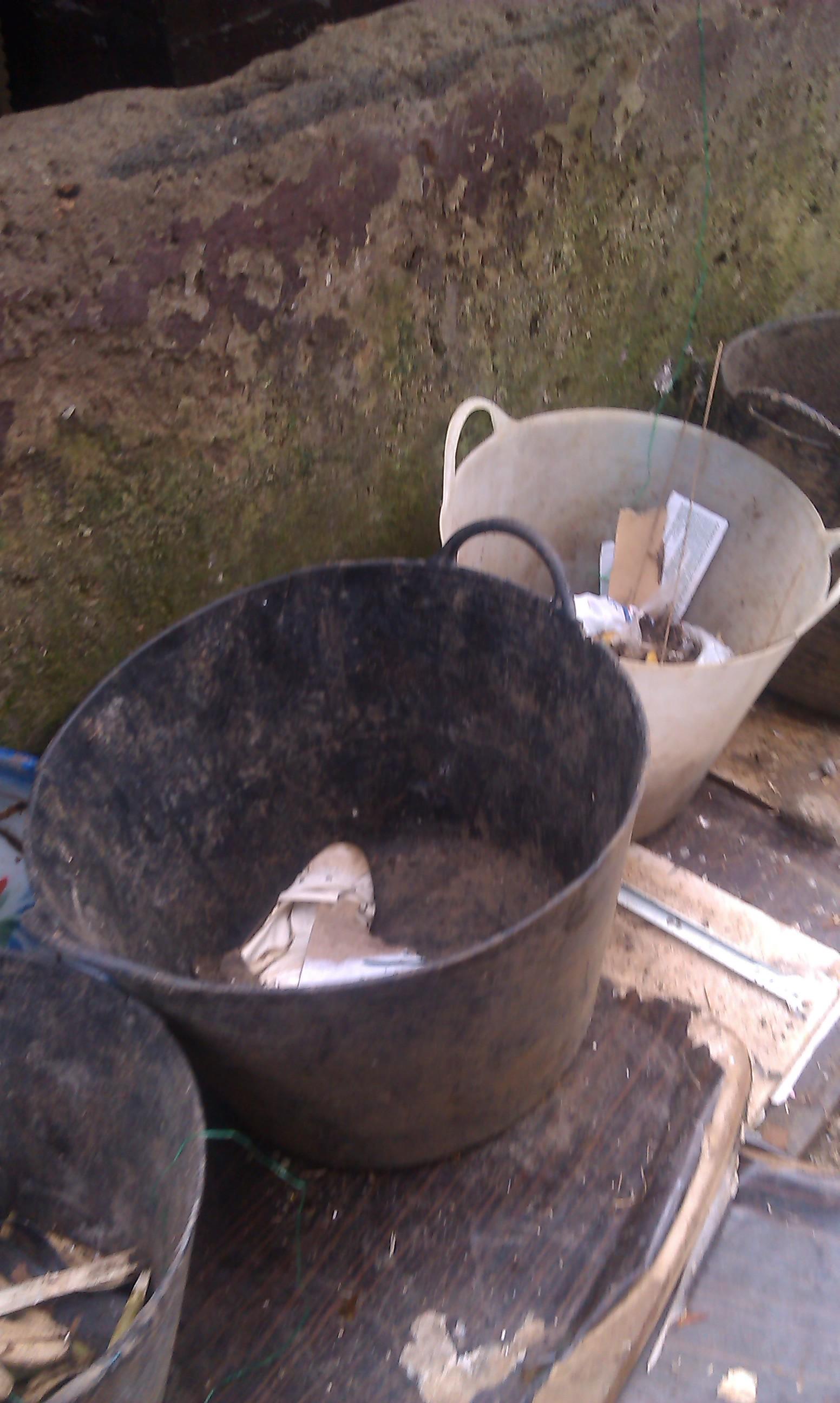 El de los cubos de basura es para el apartado de LA BASUR, ...UNA COMPAÑERA