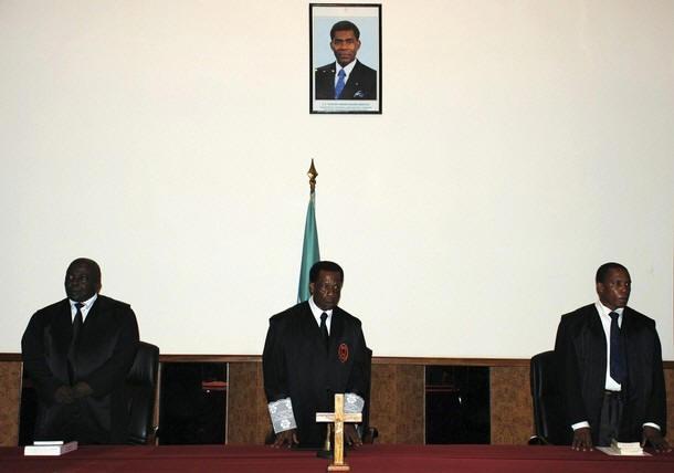Carlos Mangue, en el centro, preside el inicio de las sesiones del juicio contra Simon Mann y seis supuestos cómplices ecuatoguineanos.