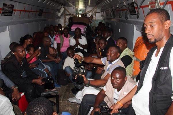 Periodistas en un avión militar dispuestos a inmortalizar el reparto de juguetes del Papa Noel de Guinea Ecuatorial.