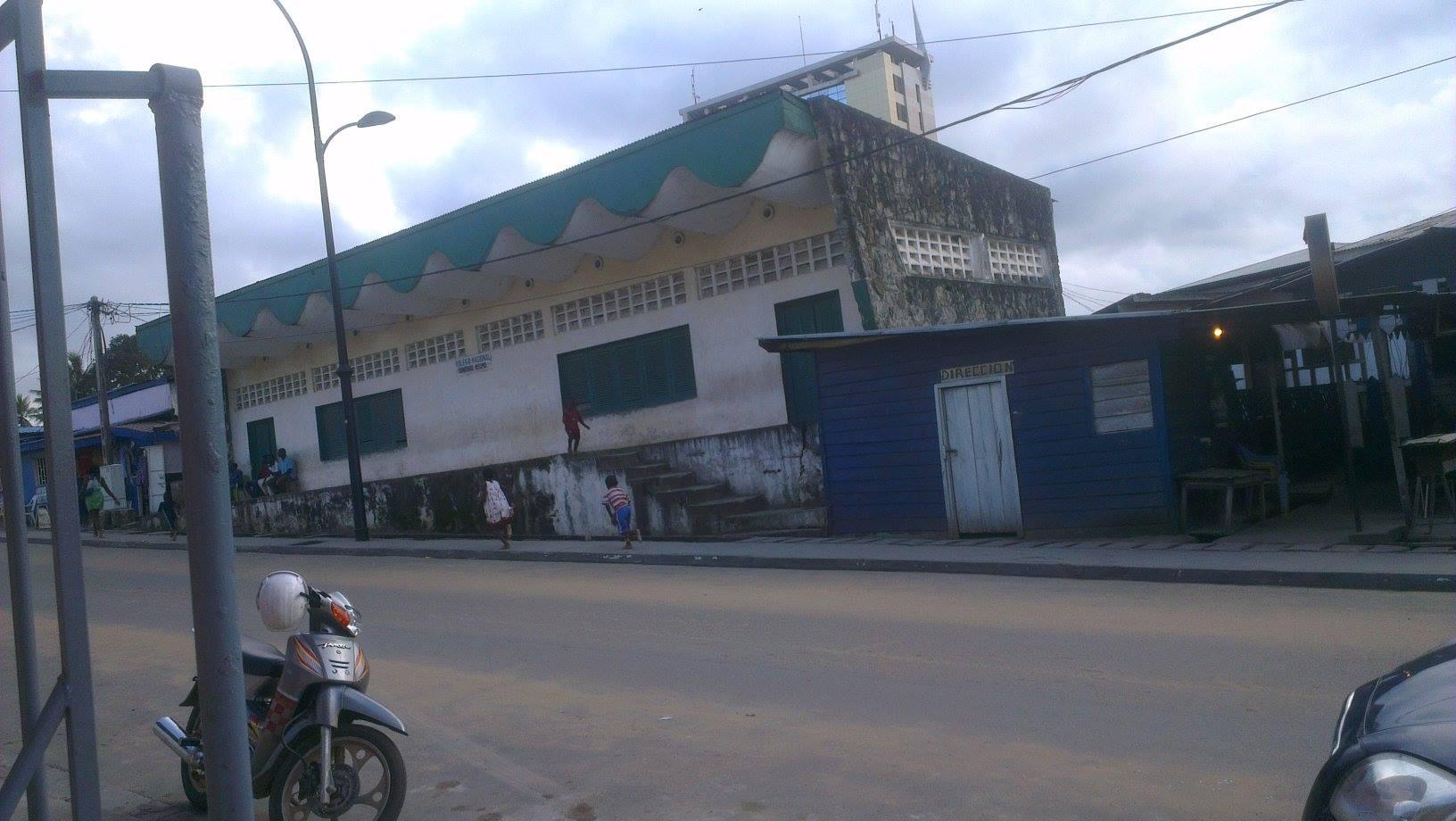 El edificio blanco es el colegio que lleva más de 15 años. La casita azul era una tienda de alimentos y ahora es la dirección del centro.