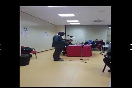 Hermenegildo Lopato de la Asociación Cultural Bariobé hace lectura en BUBI de algunos artículos de la Declaración Universal DH)