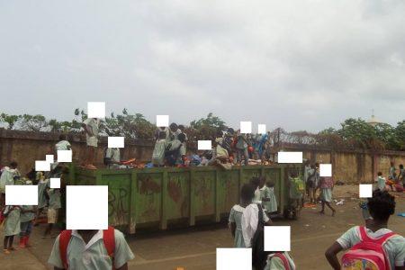 Niños del Colegio Pilar (Malabo) buscando comida y juguetes en un vertedero