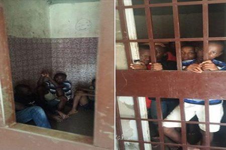 Detenidos y encerrados en la Comisaria de Ela Nguema 5 niños de entre 12 y 13 años.