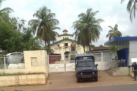 Fotos actuales: Los militares siguen controlando la Universidad Nacional de Guinea