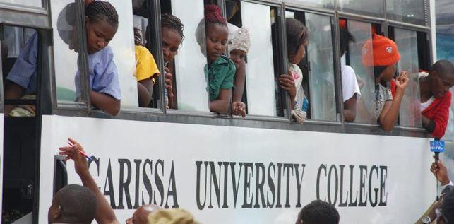Los habitantes de Garissa se acercan a despedir a los jóvenes que sobrevivieron al tiroteo./ María Ferreiras