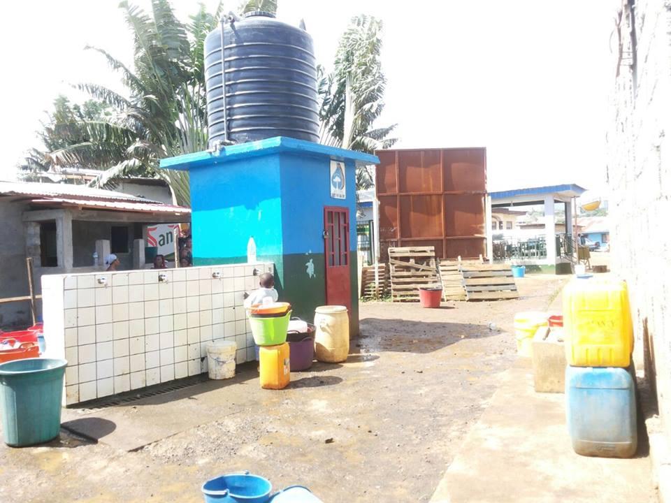 Un niño intentando conseguir un poco de agua, pero está cerrada la cisterna hasta nueva orden