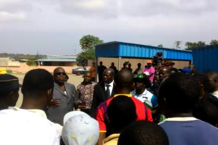 Vídeo: Los trabajadores de SOMAGEC abuchean al gobernador de Bata
