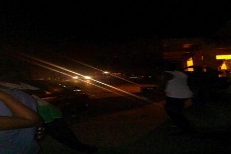 Los jóvenes de Bata deambulan por las calles en busca de electricidad para cargar los teléfonos