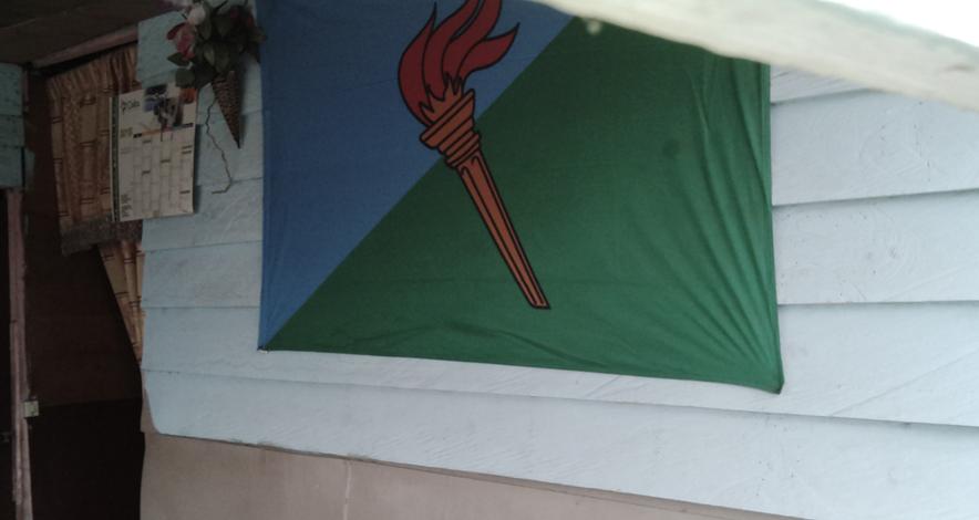 Bandera del PDGE en el interior del bar.