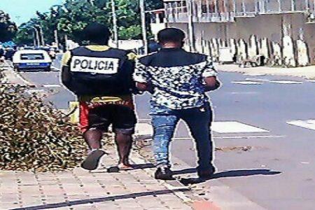 Un policía le presta su chaleco a su amigo para extorsionar a los extranjeros