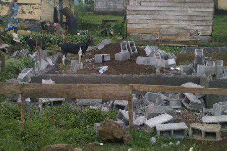"""Los jóvenes destruyen la casa de la palabra """"Tyobo a Baiola"""" construida por Epam"""