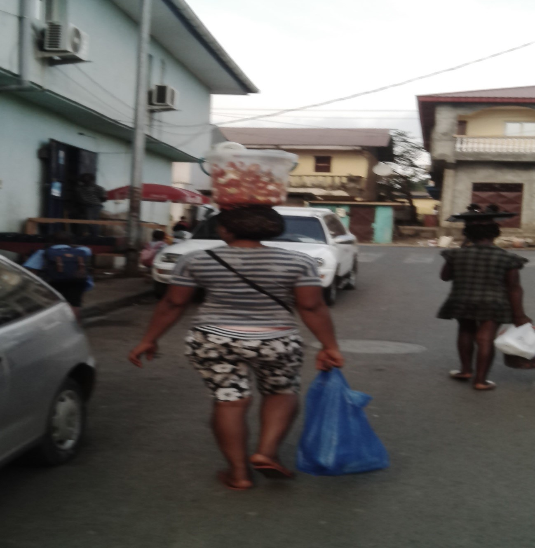 Foto, Jóvenes deambulando por las calles mientras vendes huevos cocidos…