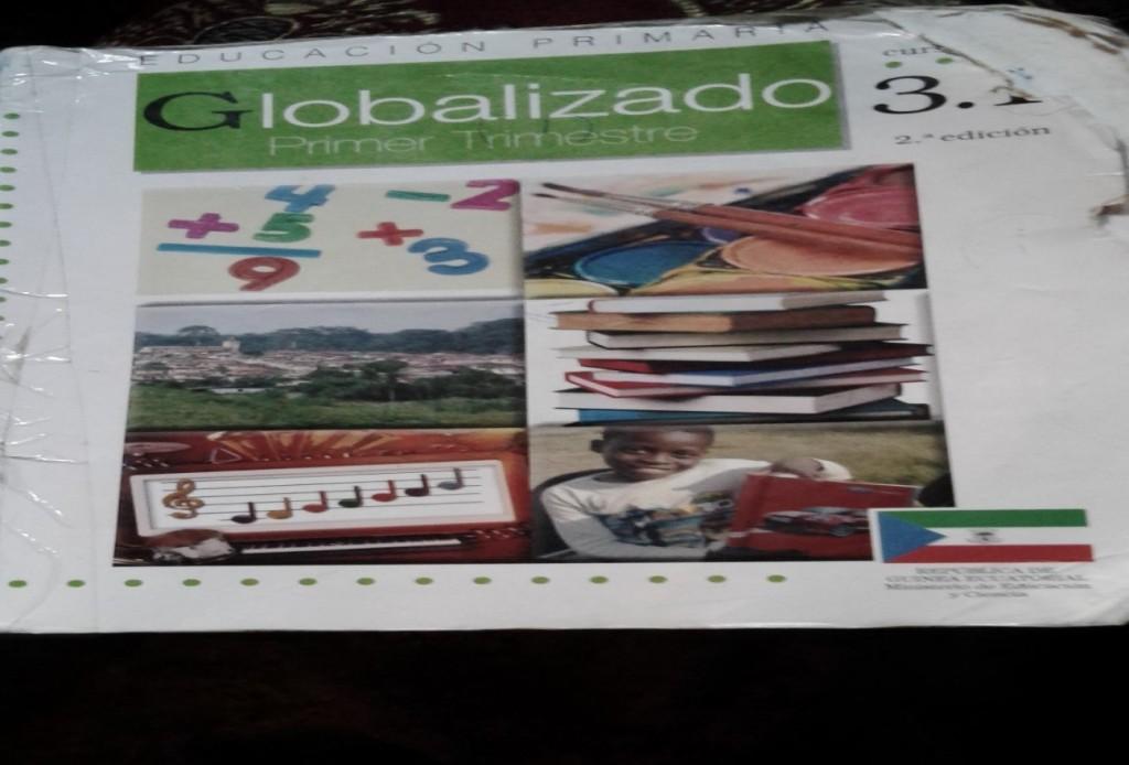 Foto de algún ejemplar de los libros de primaria, cuesta 4000 mil francos.