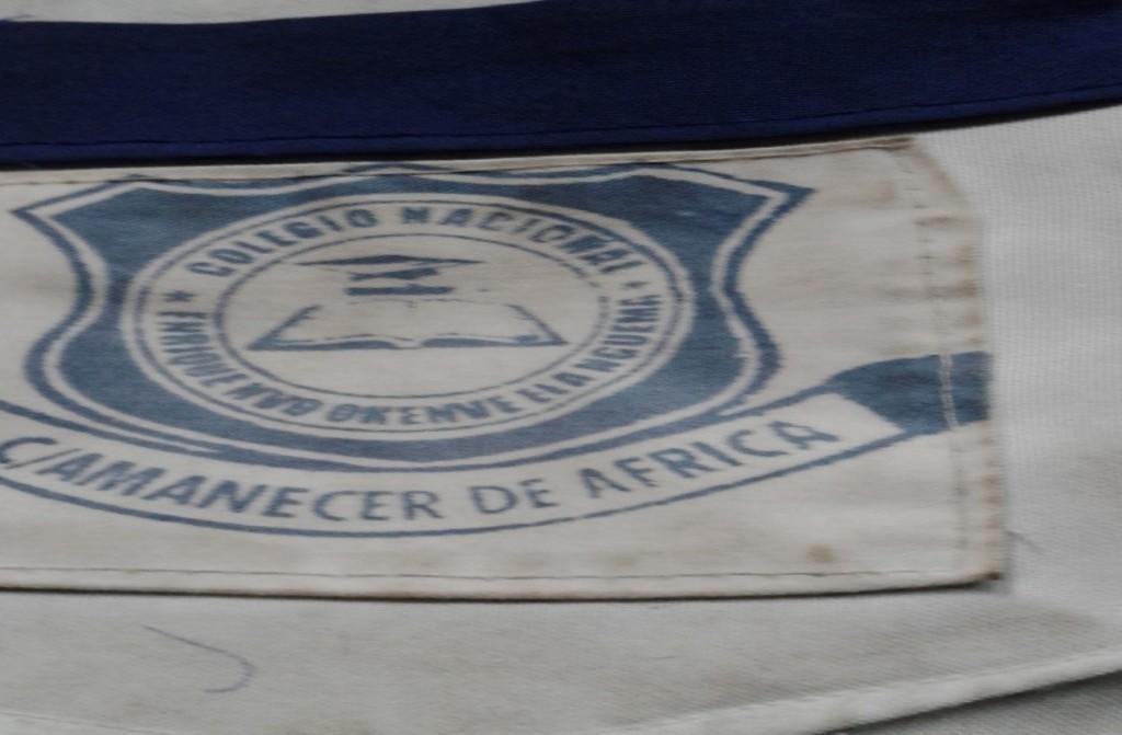"""Foto, logotipo del Colegio Nacional """"Enrique Nvo Okenve Elá Nguema"""" sellado sobre un trapo, cuesta 2.000 mil francos"""