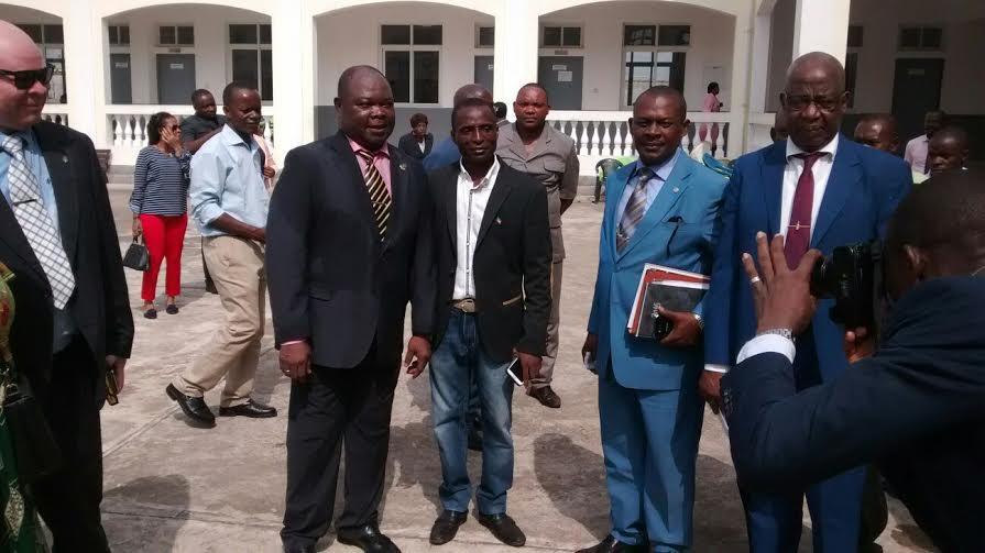 Rodeado de sus primos y hermanos a quienes ha nombrado Directores, Delegados, Inspectores