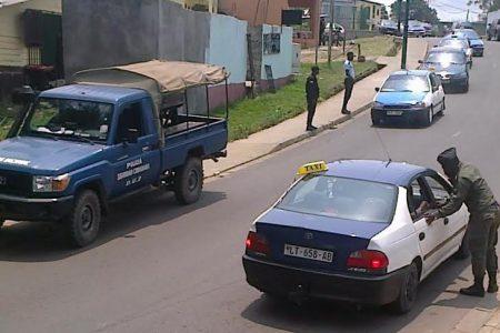 La policía detiene a los extranjeros cameruneses dentro de los taxis en Bata…
