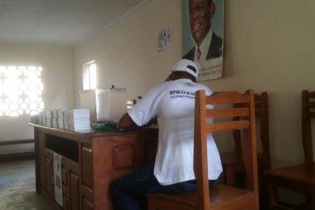 La fotografía de Obiang aparece en la pared de todos los colegios electorales de Bata
