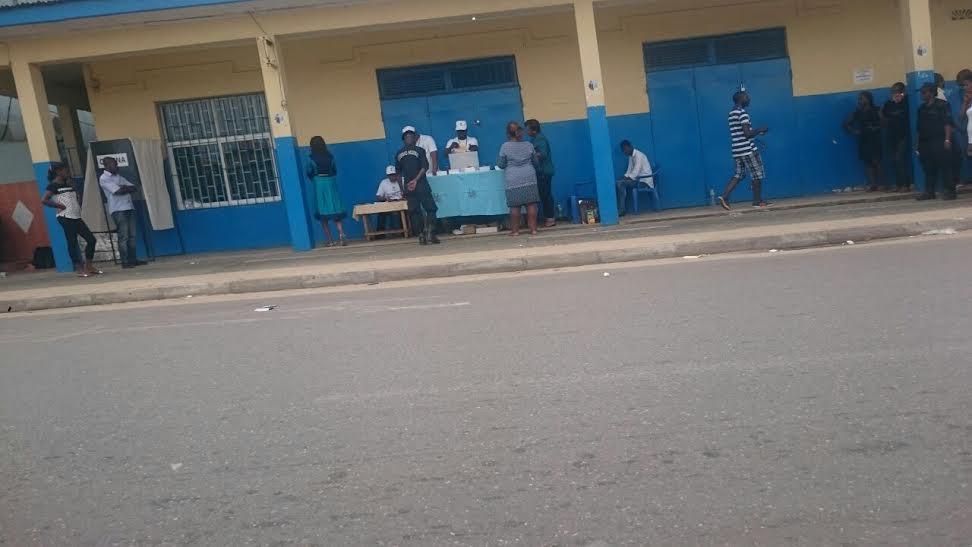 En la lado izquierdo así como en el derecho hay militares vigilando que se vote masivamente al partido de Obiang Nguema.